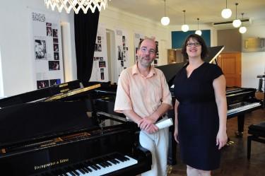 Der Bayreuther Musikwissenschaftler Frank Piontek und Ina Besser-Eichler, die Geschäftsführerin der Gesellschaft der Freunde von Bayreuth
